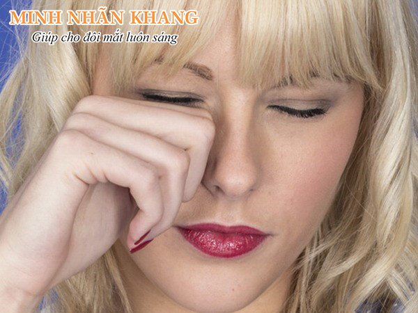 Khô mắt thường xuất hiện ở những người trẻ tuổi mắc tật cận thị
